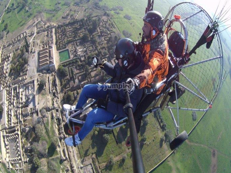 滑翔伞飞行两架