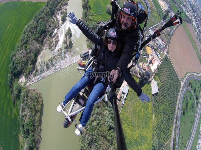 在飞行中的滑翔伞