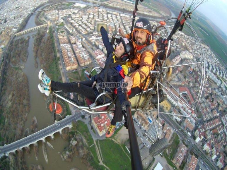 享受滑翔伞飞行