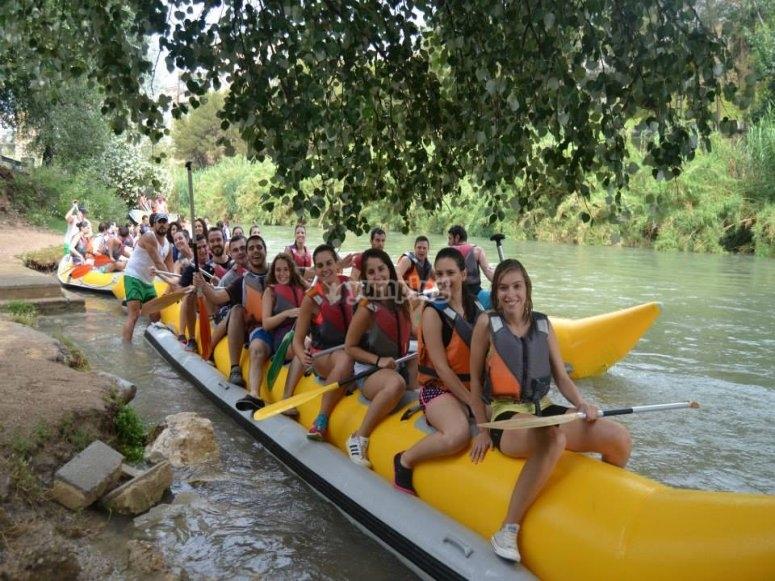 骑在塞古拉河上的香蕉船上