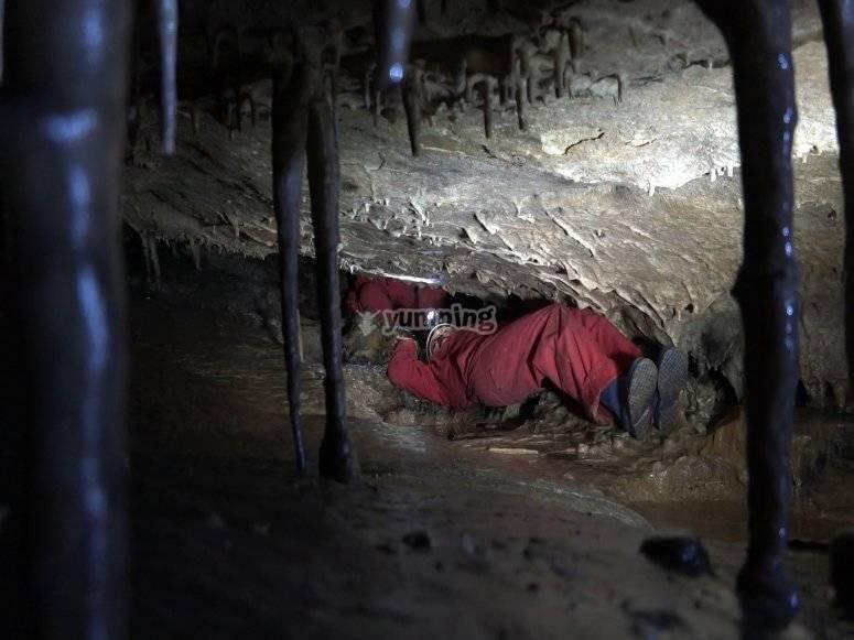 Arrastrándonos por la cueva