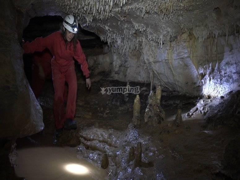 Avanzando por la cueva