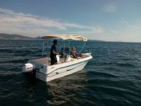 Sentada en el barco con toldo