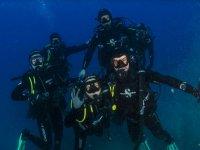 五个潜水员浸入水中