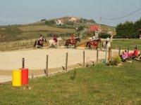 Clase de equitación para jóvenes