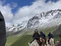 Increíble ruta a caballo por las montañas