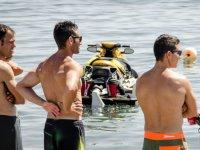 Ragazzi di fronte alla moto nautica