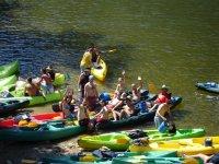 Sulla riva con le canoe prima della discesa
