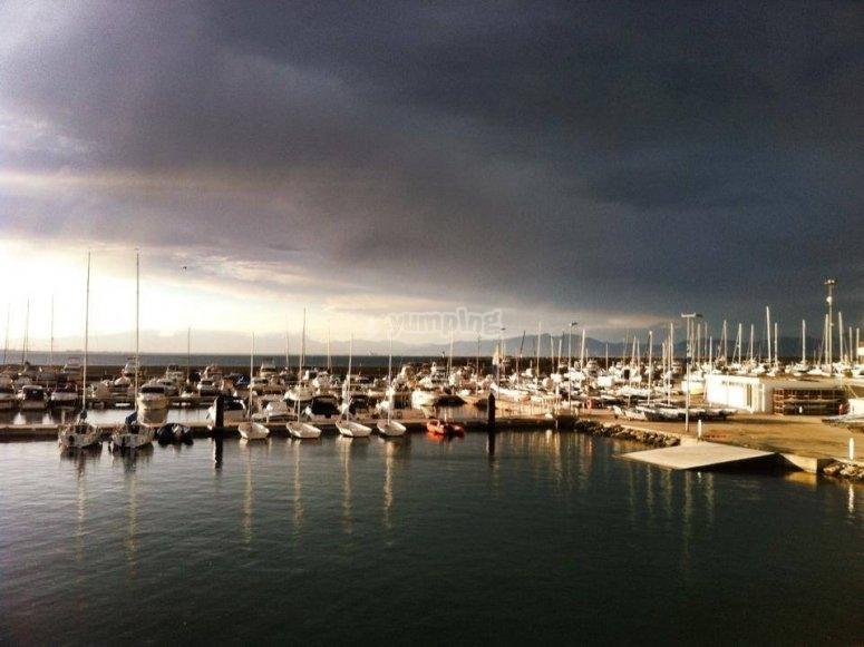 El puerto nublado