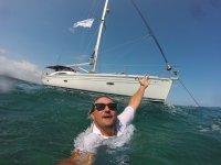 Davanti alla barca in acqua