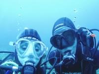 潜水过程中的一对潜水员