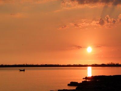 在双体船,马拉加的日落。