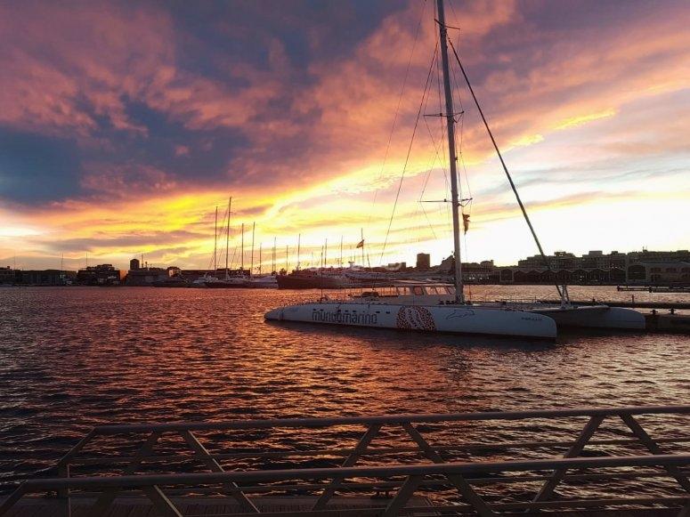双体船的日落