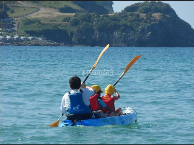 En el kayak con dos peques