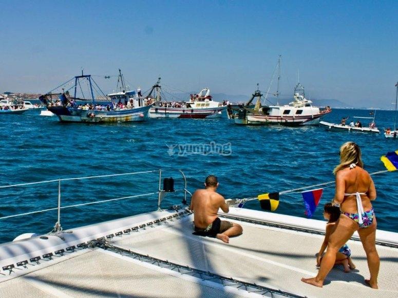 Observando los barcos pequeros