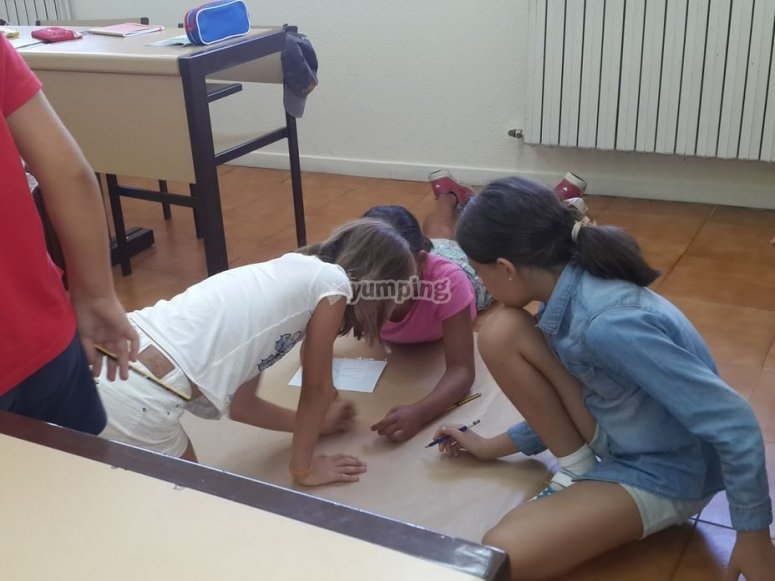 Scrivere con le matite sul pavimento