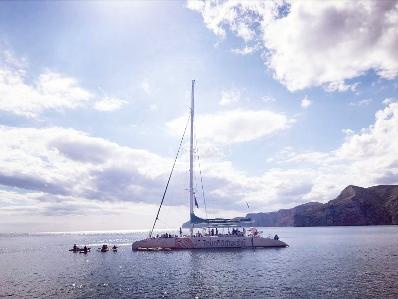 Catamaran fondeando