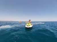 在瓦伦西亚海岸的摩托艇