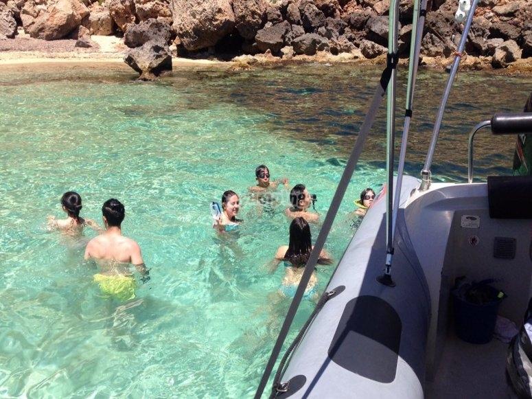Nadando en aguas cristalinas de Mallorca