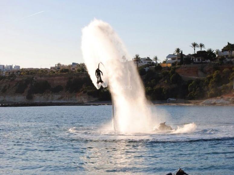水上飞板跳d'en Bossa海滩