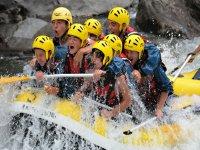 Gruppo di amici in un rafting