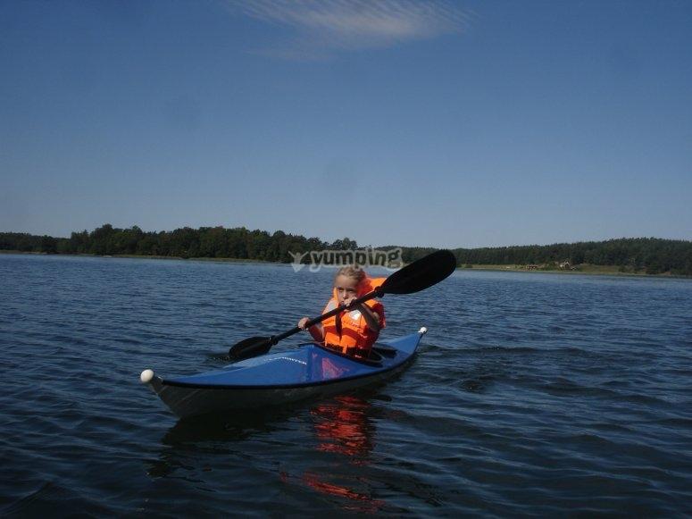Remando con kayak