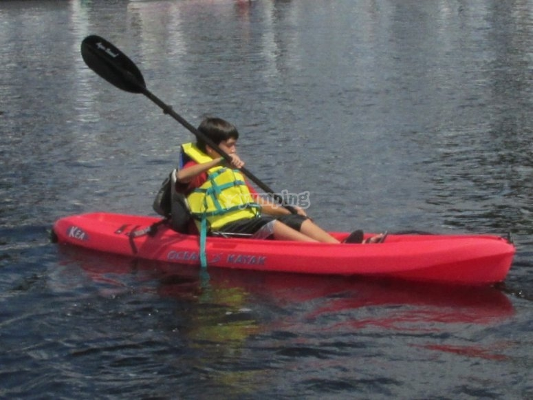 Niño con kayak individual