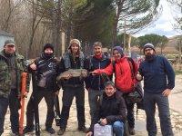 Grupo de amigos pescando en el lago en invierno