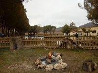 Lago de pesca con zonas verdes y hoguera