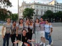 Grupo de amigos en tour por la Puerta de Alcala