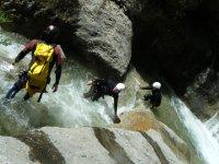 Amici che si divertono con l'iniziazione al canyoning