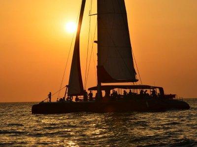 Puesta de sol en catamarán por Denia para adultos