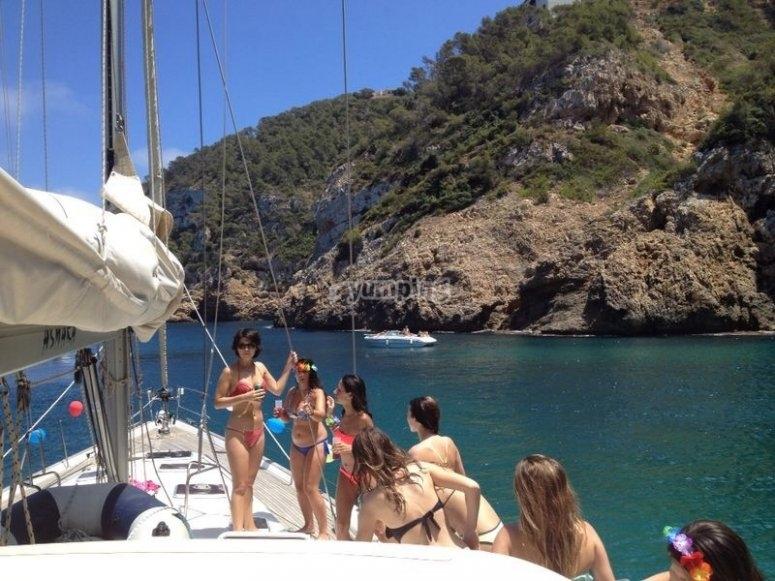 Navegación por la costa en paseo con barco