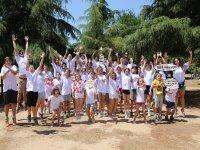 Campistas con camisetas blancas
