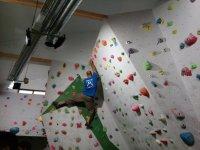Instructor de escalada mostrando sus habilidades