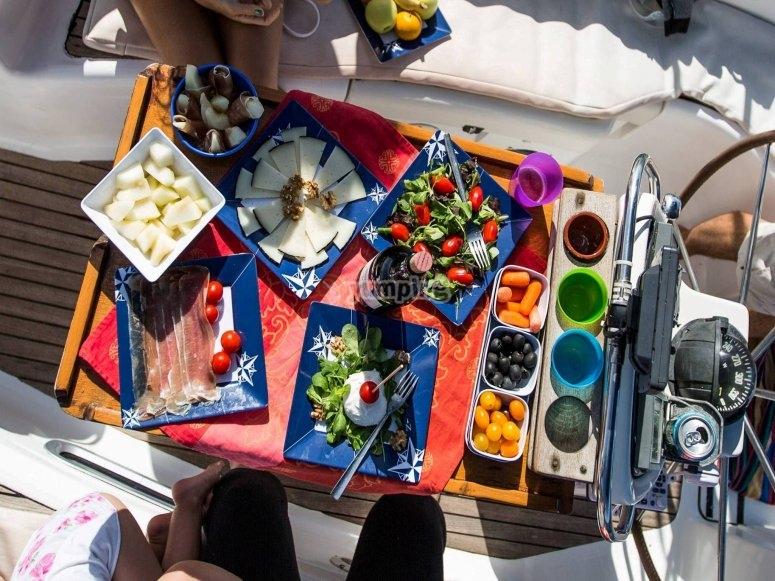在船上享用午餐