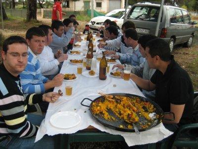 在Castellón的彩弹射击比赛用肉菜饭