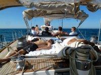 船躺在阳光下