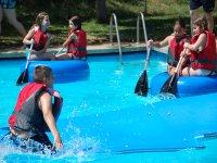 在泳池中划桨