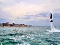 flyboard por encima del mar