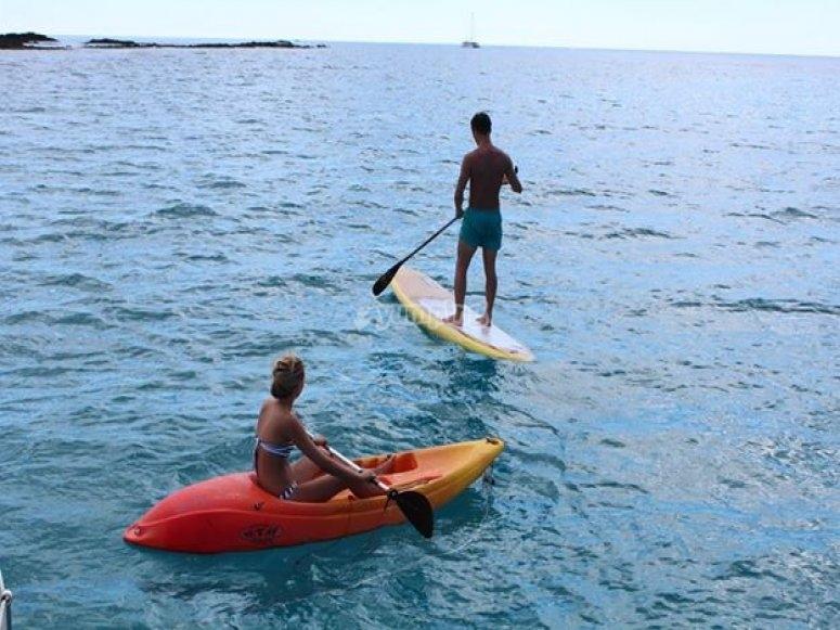 在Isla de lobos练习皮划艇