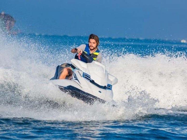 Disfrutando de la velocidad en una moto de agua