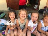 Amigas comiendo chocolate