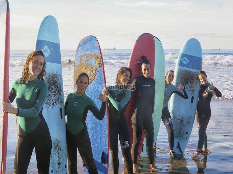 Gruppo di amici che praticano il surf a Salinas