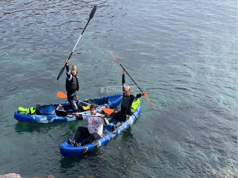 在皮划艇上的朋友将Neptuno洞穴