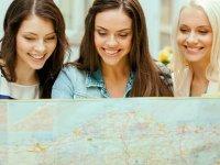 Chicas consultando el plano de la ciudad