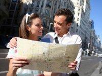 Pareja con plano de Madrid