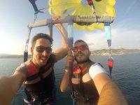 Sujetos al arnes del parasailing
