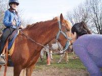 Montando el caballo en el centro