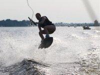 Marcandose un salto con el wakeboard
